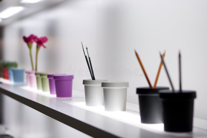 Étagère avec des vases image libre de droits