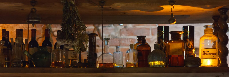 Étagère avec l'alchimie/bouteilles de pharmacie images libres de droits