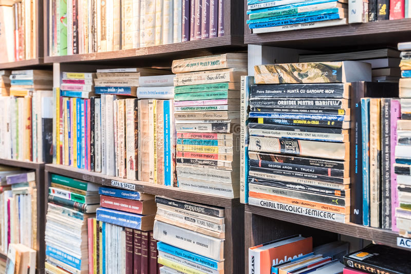 Etagere Avec Des Livres Dans La Bibliotheque Image Editorial Image Du Bibliotheque Etagere 48349580