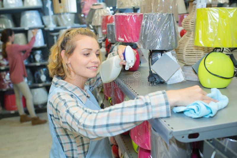 Étagère de boutique de saupoudrage de femme photo stock