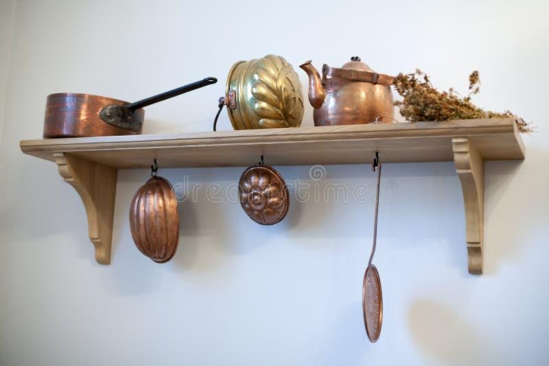 Étagère De Cuisine Avec De Vieux Ustensiles De Cuivre Image Stock