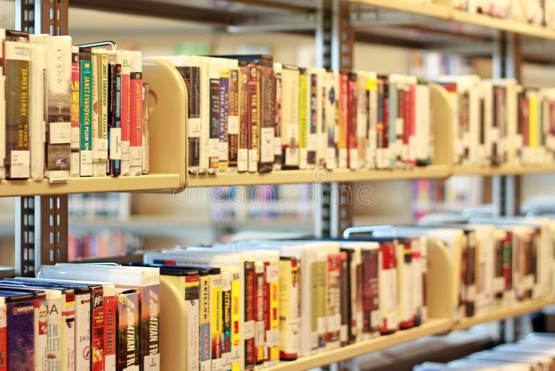 Étagère de medias dans la bibliothèque image stock