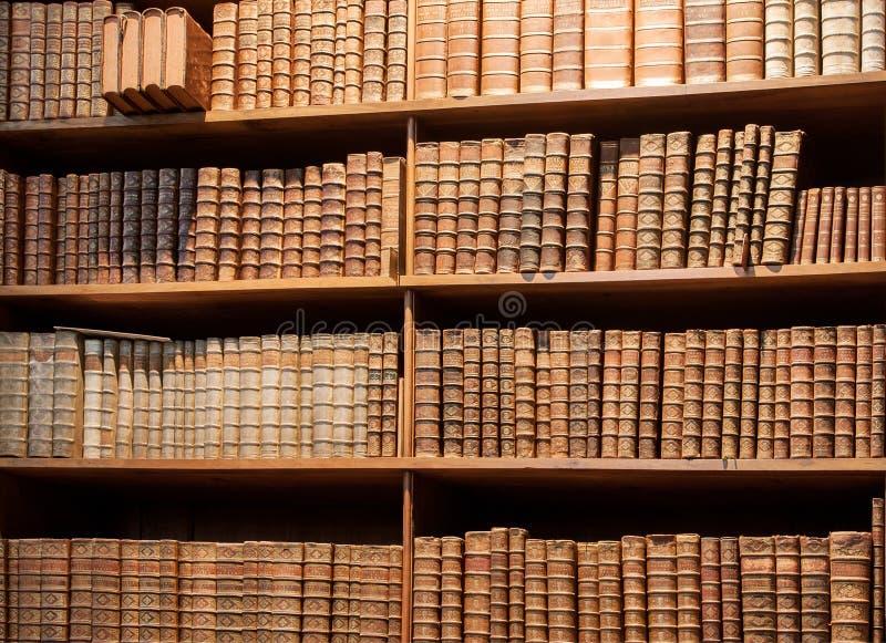 Étagère de vintage avec de vieux livres dans la bibliothèque de Vienne photo stock