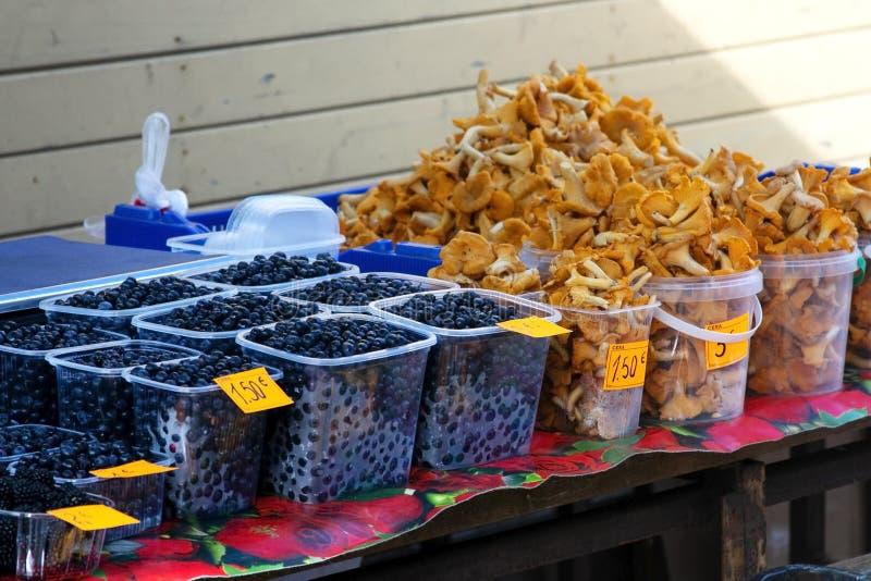 Étagère du marché avec des champignons et des baies latvia image stock