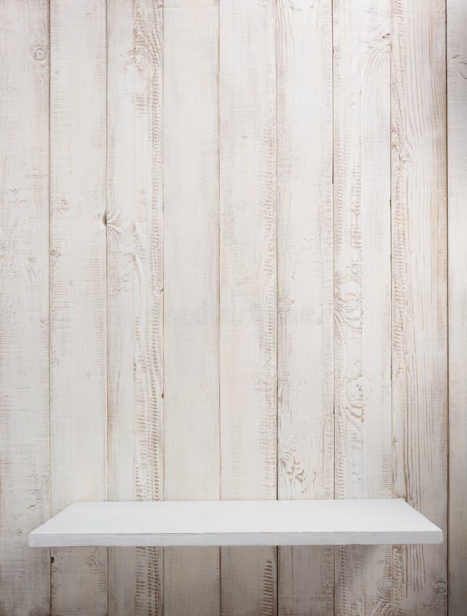 étagère en bois au fond blanc photos libres de droits