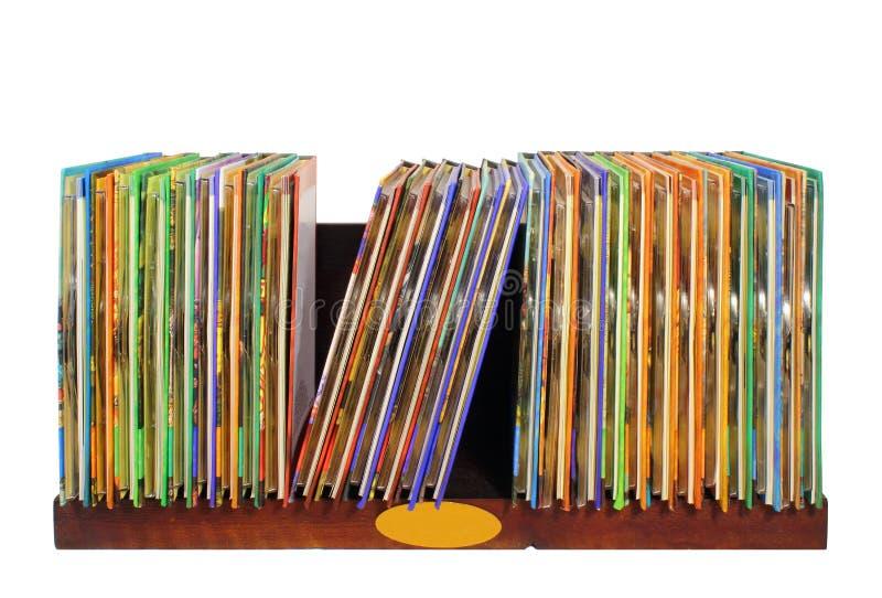 Étagère en bois avec les disques colorés de Cd et de dvd d'isolement sur le Ba blanc photographie stock