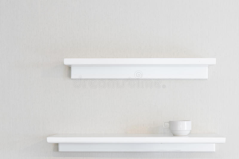 Étagère en bois blanche de mur photographie stock libre de droits