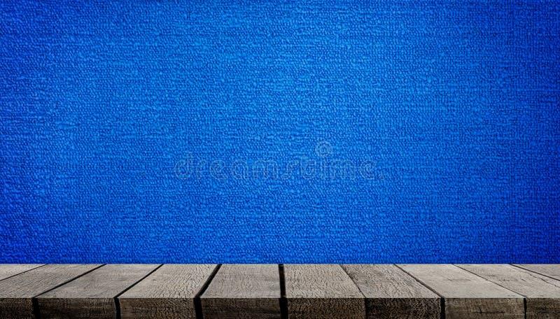 Étagère en bois sur le fond bleu de tapis image libre de droits