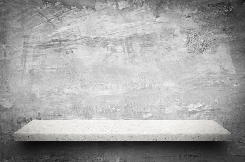 Étagère en pierre blanche sur le fond nu de mur en béton photographie stock libre de droits