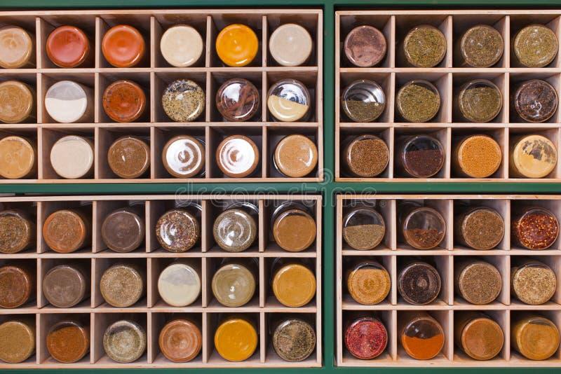 Étagère faite de cellules cubiques remplies de pots images stock
