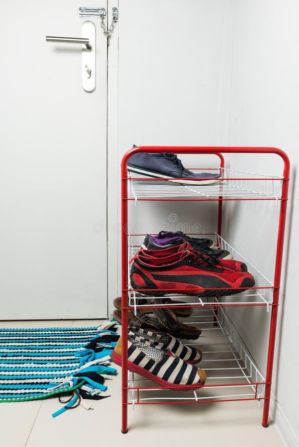 Étagère rouge en métal avec des chaussures image stock