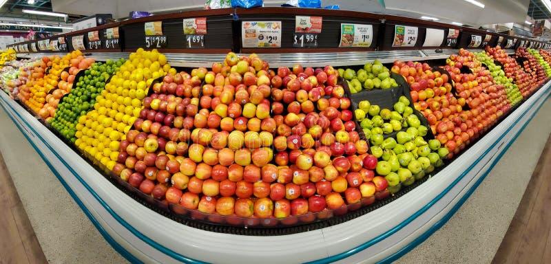 Étagères avec des fruits frais dans un supermarché de Shoprite photos libres de droits