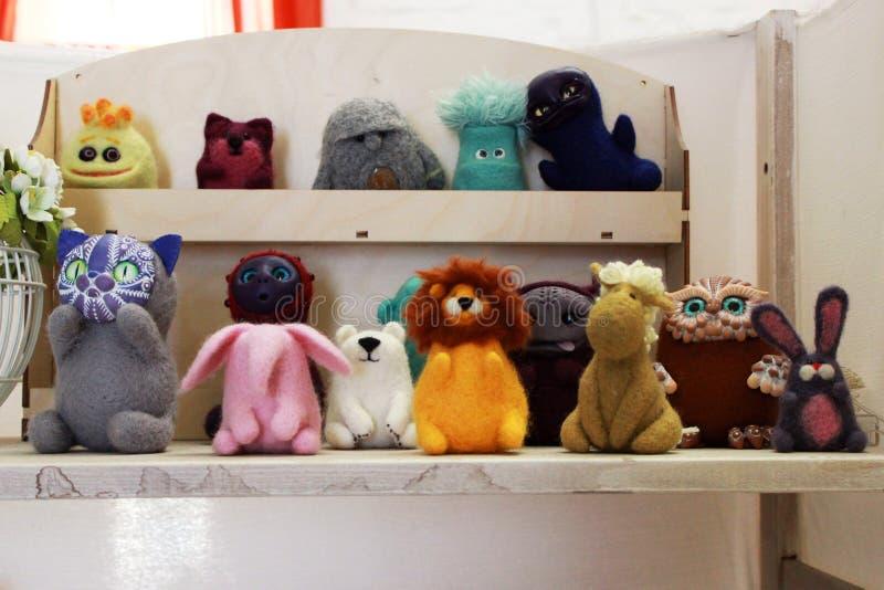 étagères avec des jouets faits de laine felted handmade images stock
