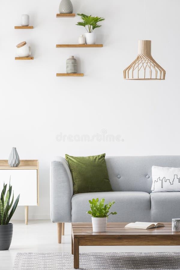 Étagères avec des vases sur un mur blanc et en bois simples, scandinavi images stock