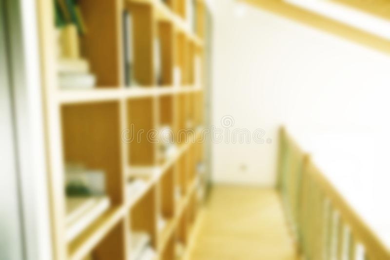 Étagères blanches modernes brouillées par résumé avec des livres Brouillez les manuels et les manuels sur des étagères dans la bi photos libres de droits