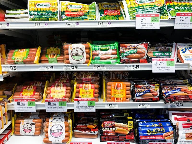 Étagères complètement des hot dogs photo libre de droits