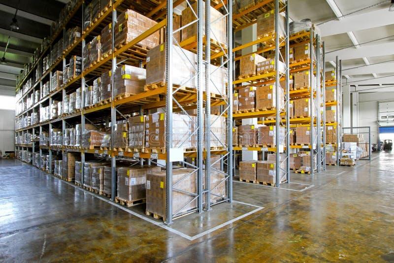 Étagères d'entrepôt photographie stock libre de droits