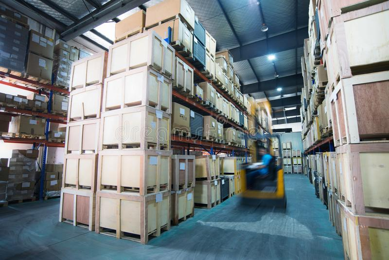 Étagères dans un entrepôt d'usine photos stock