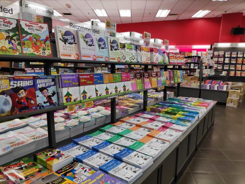 Étagères de librairie avec des rangées de divers livres image libre de droits