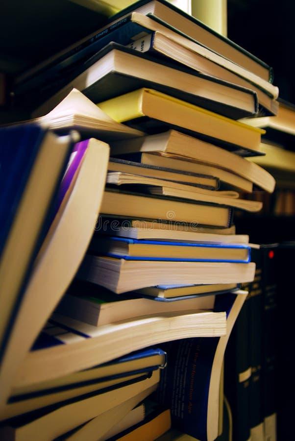 Étagères de livre dans la bibliothèque photo stock