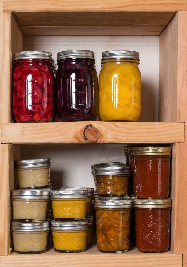 Étagères de stockage avec la nourriture en boîte photos libres de droits