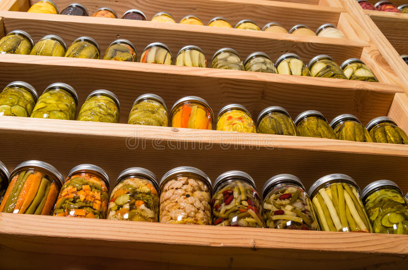 Étagères de stockage avec la nourriture en boîte photos stock