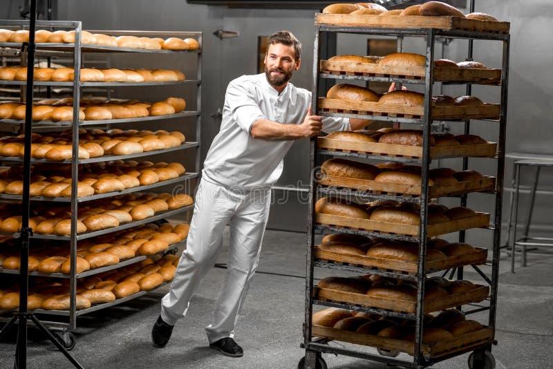 Étagères de transport de travailleur avec du pain photos stock