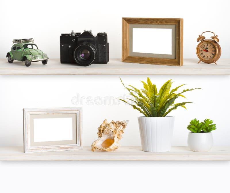Étagères en bois avec les objets relatifs de mémoire de voyage photographie stock