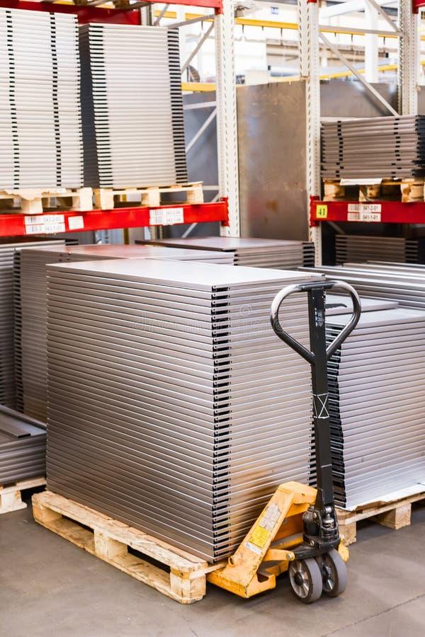 Étagères en métal pour des supports de stockage Les produits de l'usine pour la production des profils en métal, produits ont emp image stock