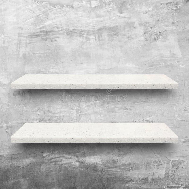 Étagères en pierre blanches sur le fond nu de mur en béton photographie stock