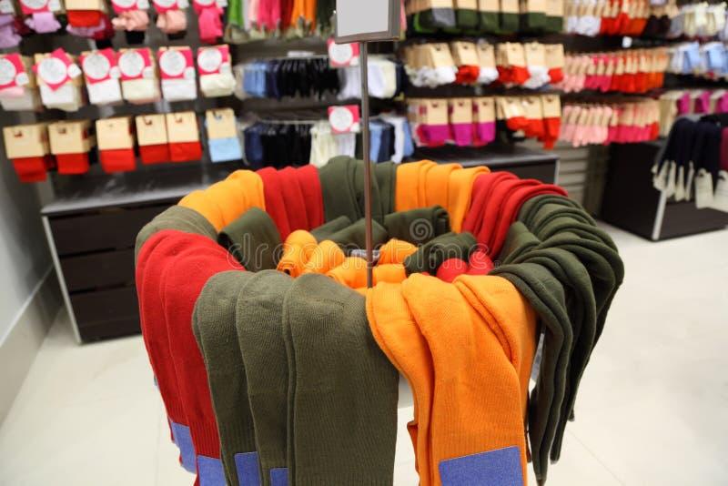 Étagères et armoires avec des chaussettes image stock