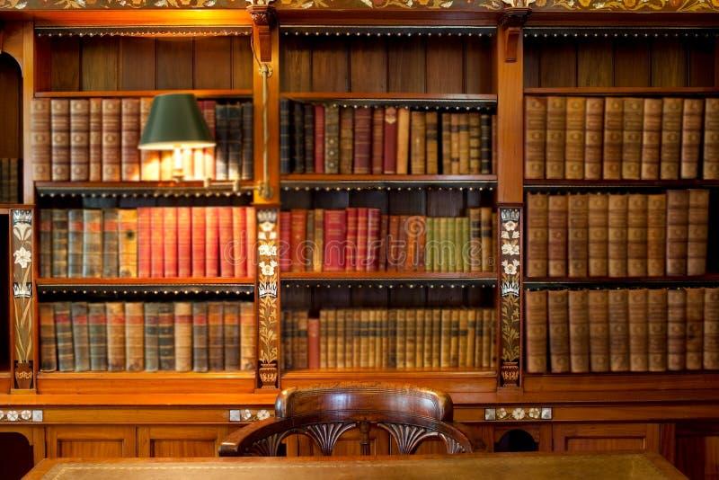 Étagères et table de bibliothèque images libres de droits