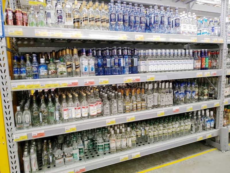 Étagères pleines des bouteilles de vodka dans un supermarché Lenta images stock
