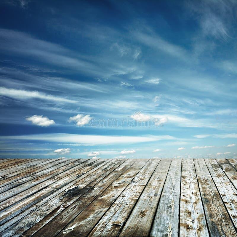Étage de ciel et en bois de coucher du soleil images libres de droits