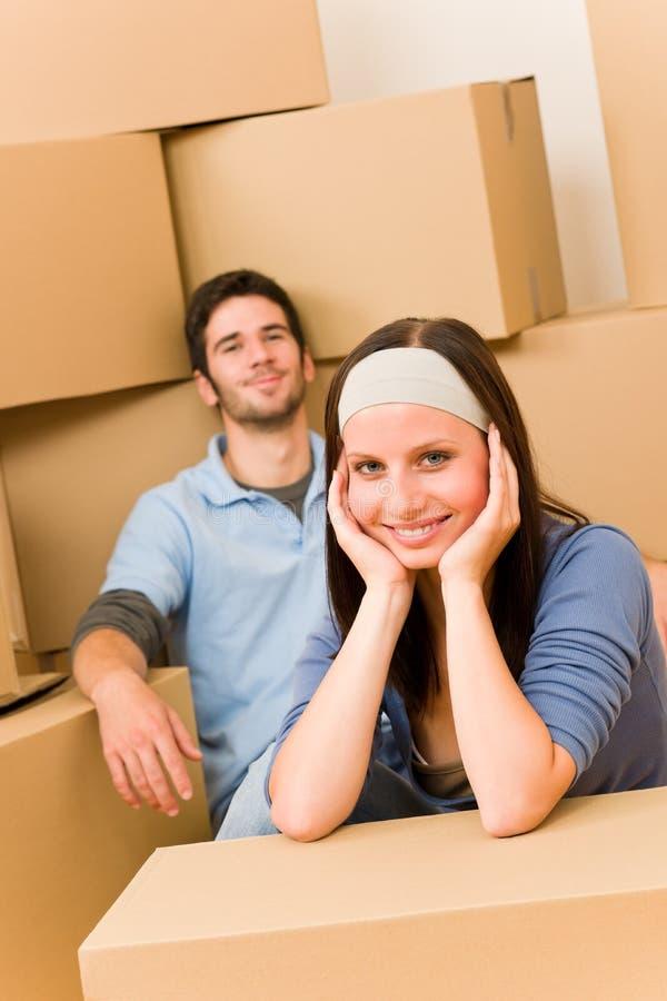 Étage se reposant de jeunes couples à la maison neufs mobiles photos libres de droits