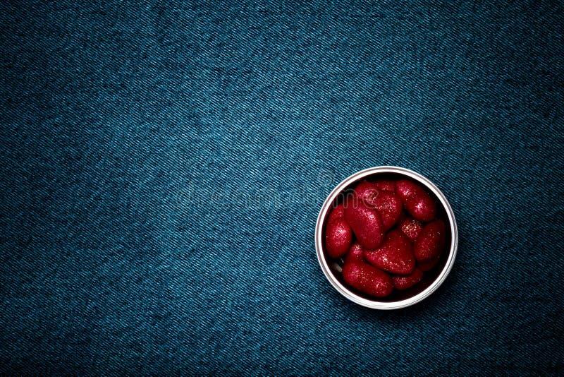Étain avec des coeurs et espace pour le texte Thème romantique d'amour sur des jeans photographie stock libre de droits