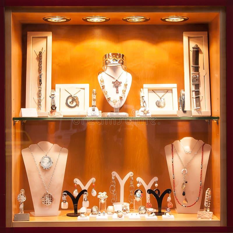 Étalage avec des bijoux photos stock