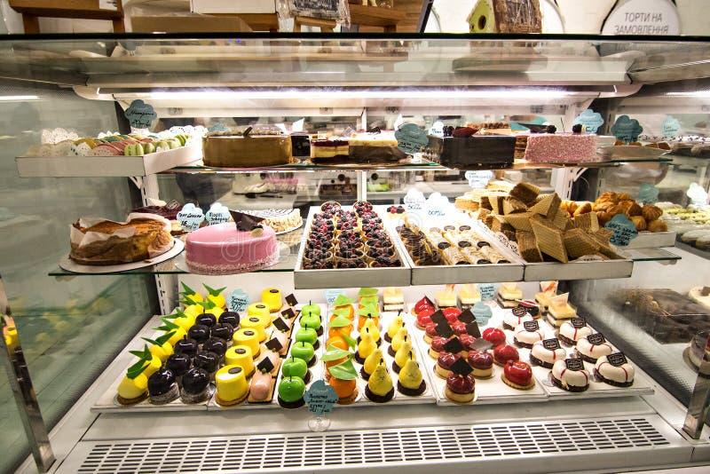 Étalage dans la boutique de pâtisserie images stock