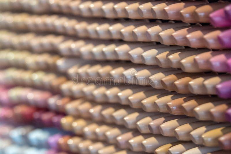 Étalage des beaucoup rouge à lèvres à vendre photos stock