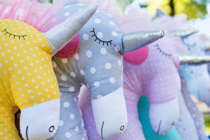 Étalage des jouets mous de licorne images libres de droits
