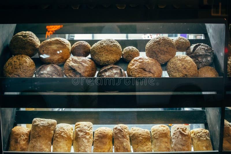 Étalage en verre de boulangerie avec des étagères image libre de droits