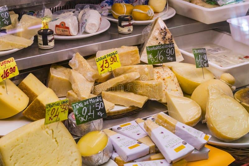 Étalage et étagères de Wagner Market à Milan avec beaucoup avec l'assortiment des fromages, de la viande, des légumes et des frui images stock