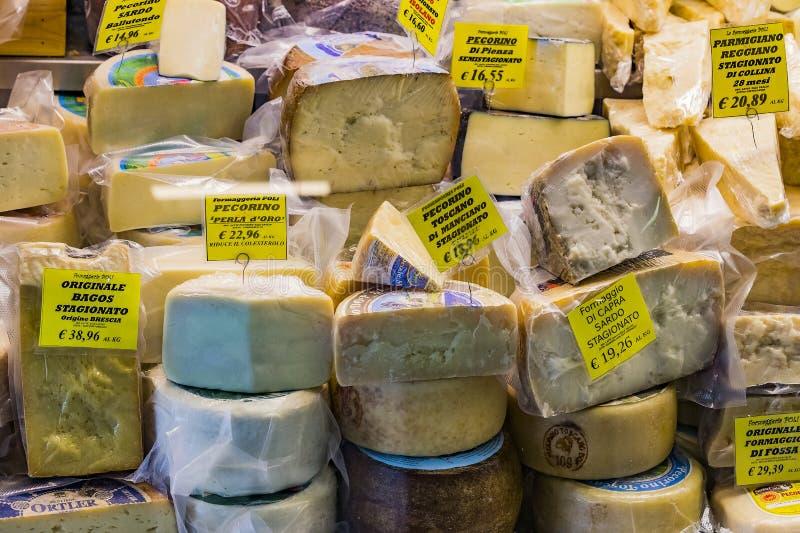 Étalage et étagères de Wagner Market à Milan avec beaucoup avec l'assortiment des fromages, de la viande, des légumes et des frui image libre de droits