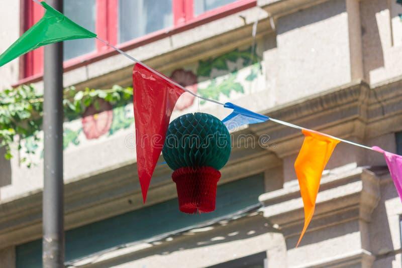 Étamine, drapeaux et décorations de basilic pour célébrer le festival de Joao de sao midsummer images libres de droits