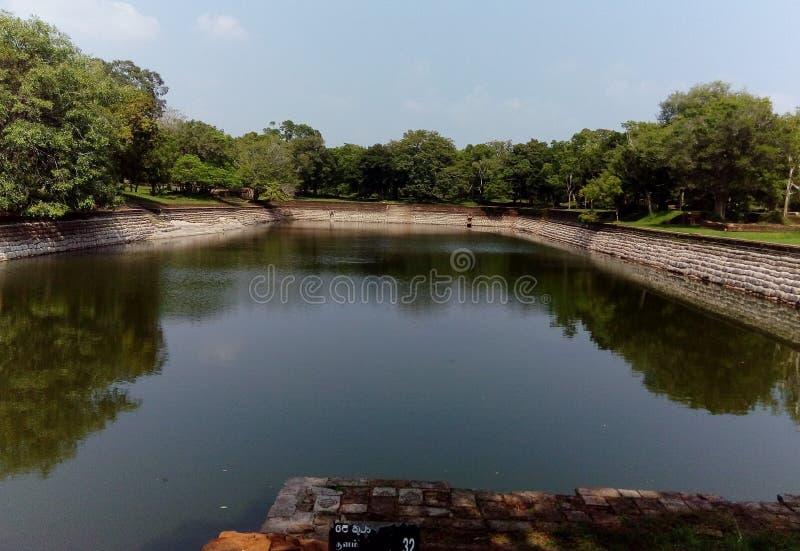 Étang antique de ruines dans Anuradhapura de Sri Lanka photos stock