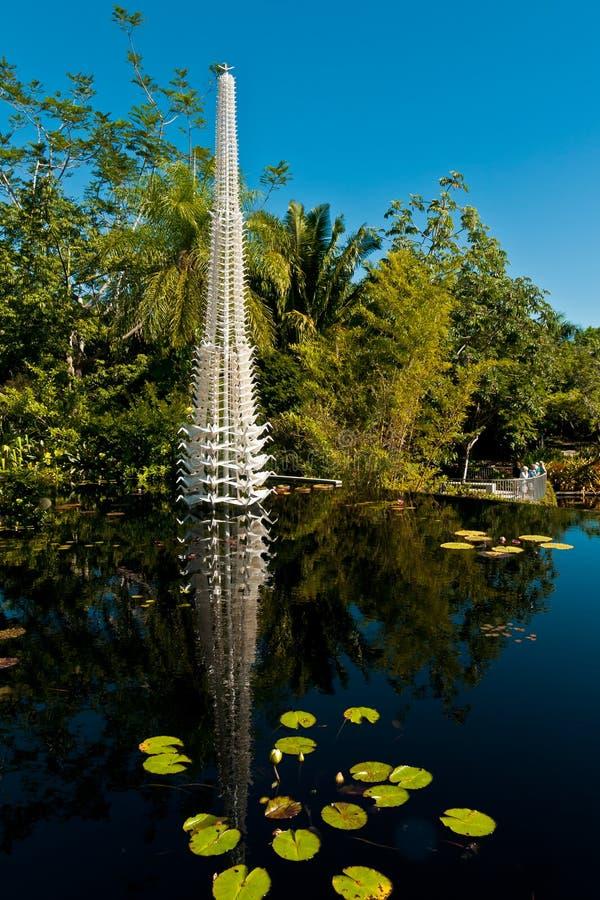 Étang avec des protections de Lilly et vertical botaniques, construction métallique image libre de droits