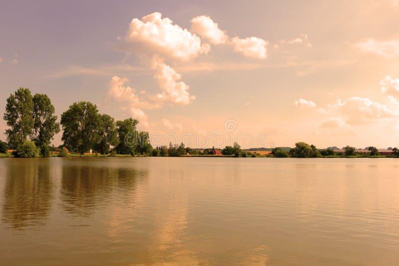 Download Étang dans la soirée d'été photo stock. Image du chaud - 76083164