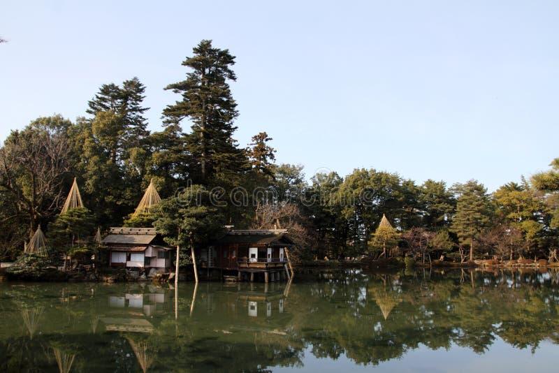 Étang de Kasumi et maison de thé photo stock