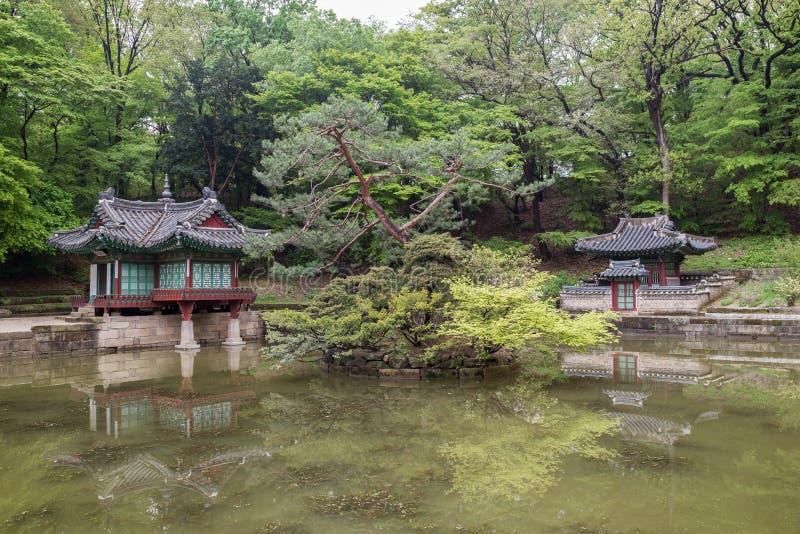 Étang et petits bâtiments au palais de Changdeokgung à Séoul photo libre de droits