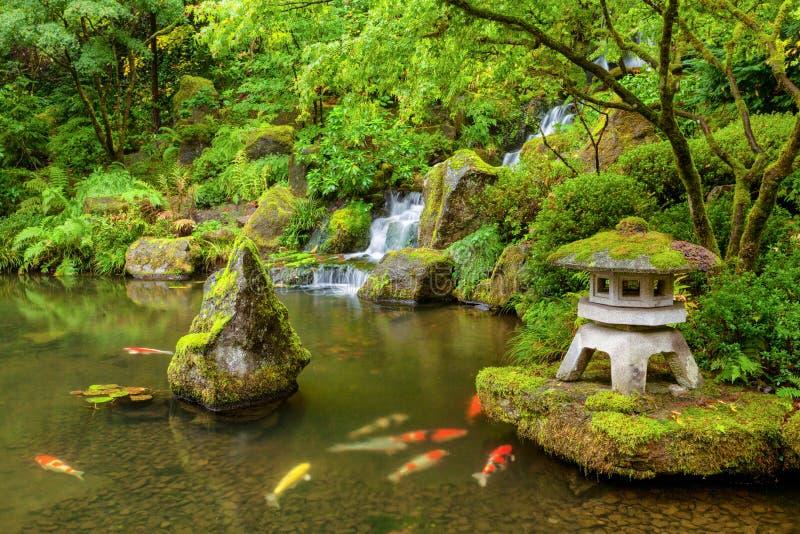 Étang japonais de jardin de Portland avec des poissons de koi photo libre de droits
